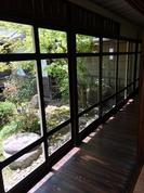 素敵な中庭に縁側と渡り廊下有る住居